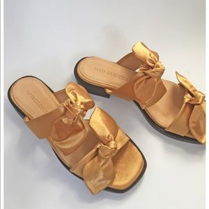 Mari Guidicelli gold bow sandals size 40